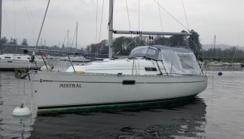 Habitent Mistral erected on a Beneteau Oceanis 281.